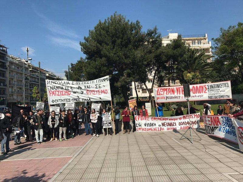 Μακρινή φωτογραφία από τη συγκέντρωση. Πολίτες κρατούν πανό.