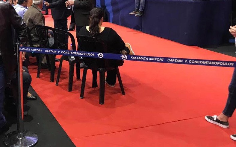 «Kalamata airport Captain V. Constantakopoulos» έγραφαν οι κορδέλες που χώριζαν τον Αλέξη Τσίπρα από το κοινό στην Καλαμάτα