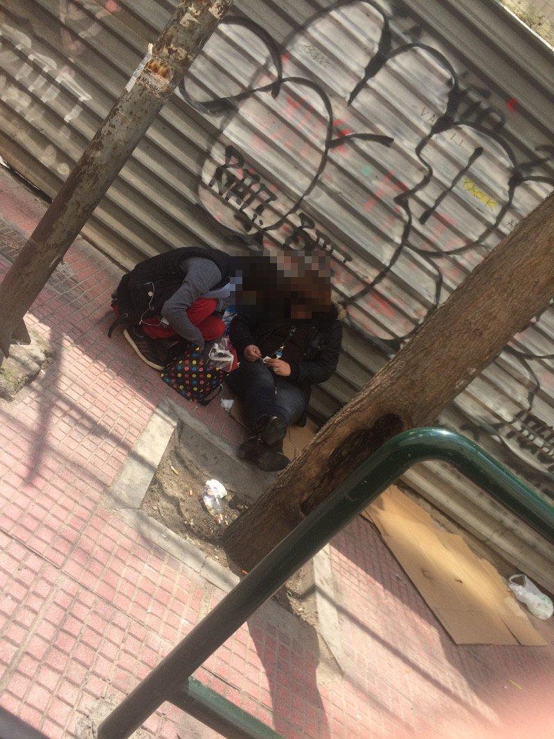 Χρήστες ναρκωτικών έξω από την ΑΣΟΕΕ