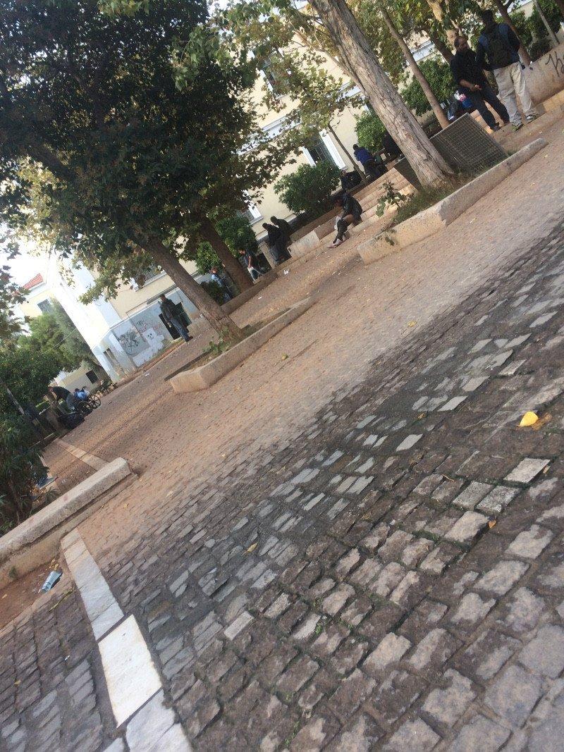 Ναρκομανείς σε παγκάκια στο πάρκο της Νομικής